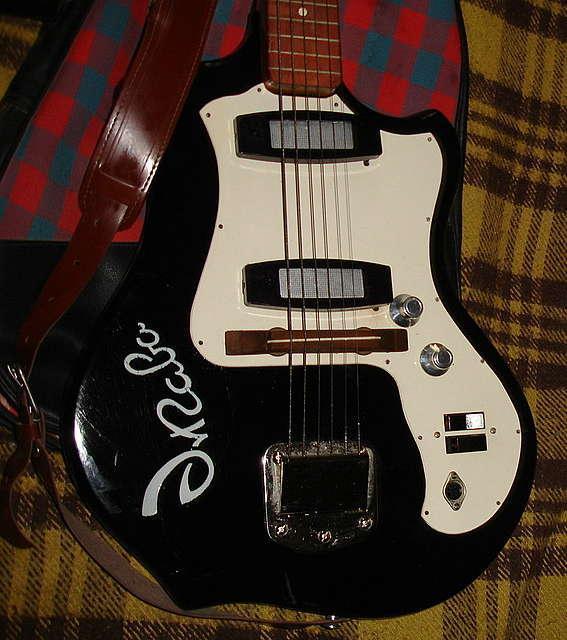 Но в тоже время мы делали и свои самодельные гитары